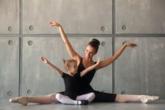 Allungamento delle ragazze prima di un balletto Immagini Stock
