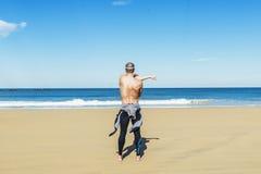 Allungamento di addestramento del nuotatore dell'uomo di forma fisica Immagini Stock Libere da Diritti
