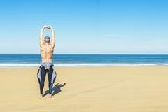 Allungamento di addestramento del nuotatore dell'uomo di forma fisica Fotografie Stock