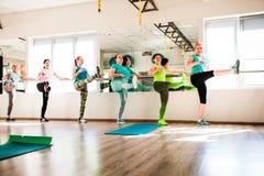 Allungamento di addestramento del ` s delle donne Immagine Stock