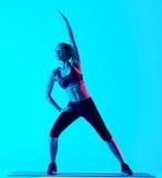 Allungamento di exercices di forma fisica della donna isolato Fotografia Stock