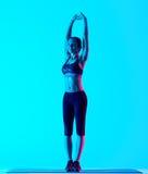 Allungamento di exercices di forma fisica della donna isolato Immagine Stock Libera da Diritti
