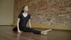 Allungamento di flessibilità della ginnasta di stile di vita dei fitnes di sport Immagine Stock