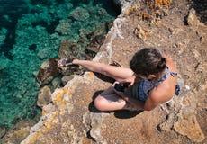 Allungamento di galleggiamento della ragazza sulla spiaggia Fotografia Stock Libera da Diritti