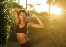 Allungamento di modello di forma fisica afroamericana all'aperto Immagine Stock