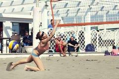 Allungamento di salto della donna orizzontalmente Pallavolo Fotografia Stock