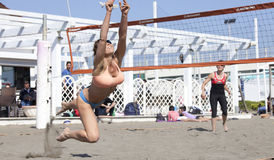 Allungamento di salto della donna per ricevere la palla Pallavolo Fotografia Stock
