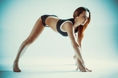 Allungamento di sport della donna Immagini Stock