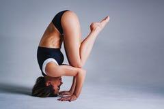 Allungamento di sport della donna Fotografia Stock