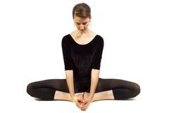 Allungamento di yoga immagine stock