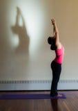 Allungamento di yoga con ombra Fotografia Stock