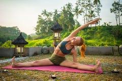 Allungamento di yoga della giovane donna Fotografia Stock Libera da Diritti