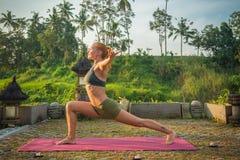 Allungamento di yoga della giovane donna Immagine Stock