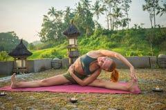 Allungamento di yoga della giovane donna Fotografie Stock Libere da Diritti