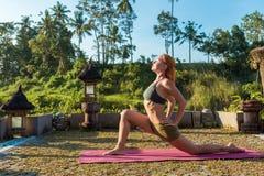 Allungamento di yoga della giovane donna Fotografie Stock