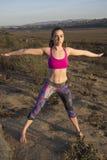 Allungamento di yoga in natura Immagini Stock