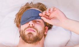 Allungamento dopo svegliare di mattina Equipaggi il dolore posteriore ritenente nel letto dopo il sonno Svegliare allungamento fotografia stock