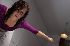 Allungamento faticoso del danzatore Fotografia Stock Libera da Diritti