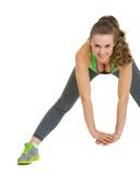 Allungamento felice della giovane donna di forma fisica Immagine Stock
