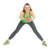 Allungamento felice della giovane donna di forma fisica Immagine Stock Libera da Diritti