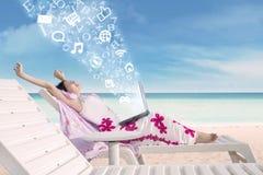 Allungamento femminile asiatico alla spiaggia con l'alfabeto di volo Immagini Stock