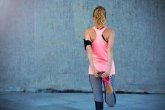 Allungamento femminile del corridore Fotografia Stock Libera da Diritti