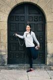 Allungamento femminile del corridore di misura urbana Fotografia Stock Libera da Diritti