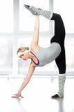 Allungamento femminile del giovane ballerino sexy nelle spaccature Fotografie Stock