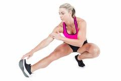 Allungamento femminile dell'atleta Fotografia Stock Libera da Diritti