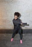 Allungamento femminile dell'atleta Immagini Stock