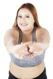 Allungamento femminile obeso sullo studio Immagine Stock