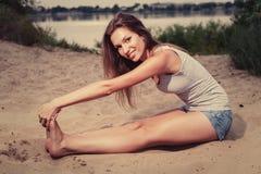 Allungamento femminile su una sabbia Fotografia Stock Libera da Diritti