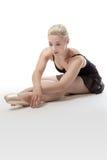 Allungamento grazioso della ballerina Fotografie Stock