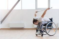 Allungamento handicappato giovani nella palestra Immagine Stock