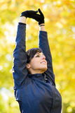 Allungamento le braccia e delle spalle Immagini Stock