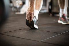 Allungamento le gambe e della mano Immagini Stock