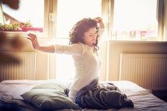 Allungamento a letto Donna alla mattina Fotografia Stock Libera da Diritti