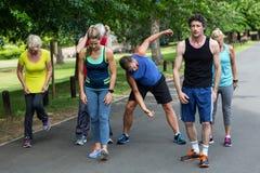 Allungamento maratona degli atleti Immagini Stock Libere da Diritti