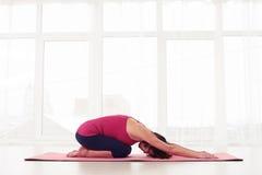 Allungamento maturo di yogini più lombo-sacrale e spina dorsale Immagini Stock Libere da Diritti