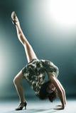 Allungamento moderno alla moda e giovane del danzatore di stile Fotografia Stock Libera da Diritti
