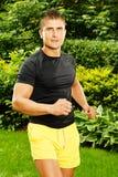 Allungamento muscolare dei exercisess dell'uomo Fotografia Stock Libera da Diritti