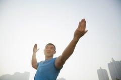 Allungamento muscolare giovane dell'uomo Fotografie Stock Libere da Diritti