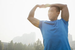 Allungamento muscolare giovane dell'uomo Immagine Stock
