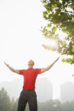 Allungamento muscolare giovane dell'uomo Immagini Stock