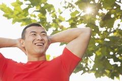 Allungamento muscolare giovane dell'uomo Fotografia Stock Libera da Diritti