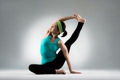 Allungamento professionale dell'insegnante di yoga il corpo Fotografia Stock