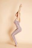 Allungamento relativo alla ginnastica biondo di esercizio della bella donna sexy Fotografie Stock Libere da Diritti