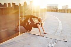 Allungamento relativo alla ginnastica biondo di esercizio della bella donna sexy Fotografia Stock