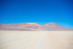 Allungamento sabbioso e vulcano del deserto sulle Ande boliviane Immagini Stock Libere da Diritti