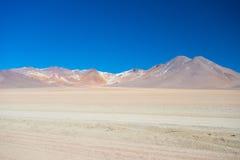 Allungamento sabbioso e vulcano del deserto sulle Ande boliviane Fotografia Stock